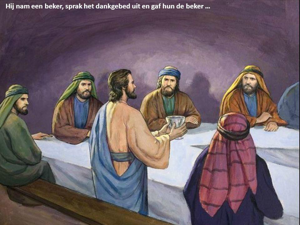 Hij nam een beker, sprak het dankgebed uit en gaf hun de beker …