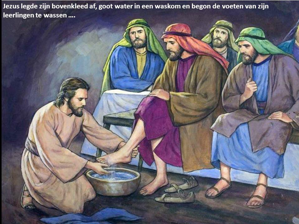 Jezus legde zijn bovenkleed af, goot water in een waskom en begon de voeten van zijn leerlingen te wassen ….
