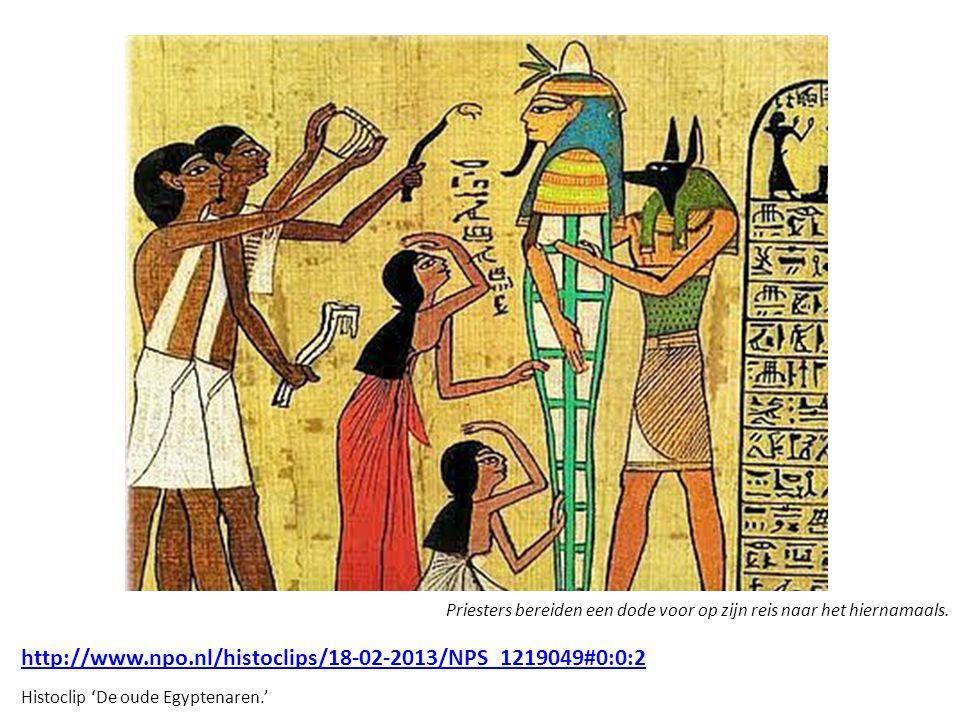 Priesters bereiden een dode voor op zijn reis naar het hiernamaals.
