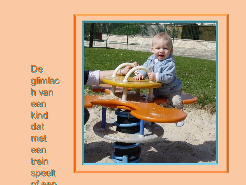 De glimlach van een kind dat met een trein speelt of een pop