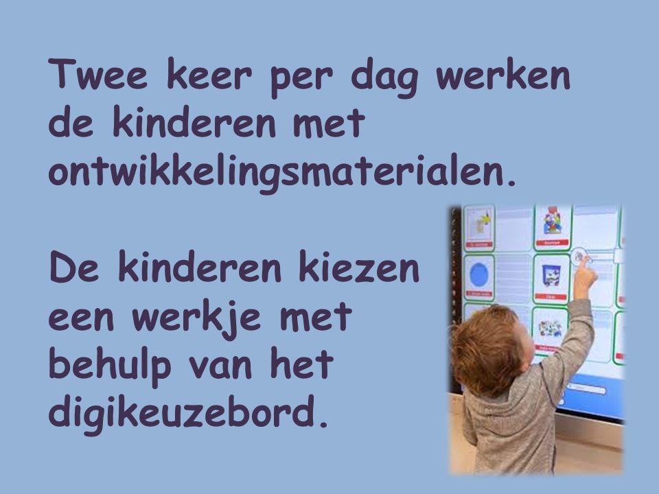 Twee keer per dag werken de kinderen met ontwikkelingsmaterialen.