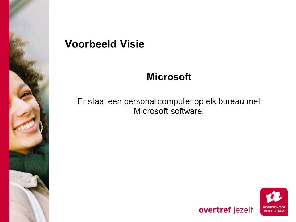 Er staat een personal computer op elk bureau met Microsoft-software.