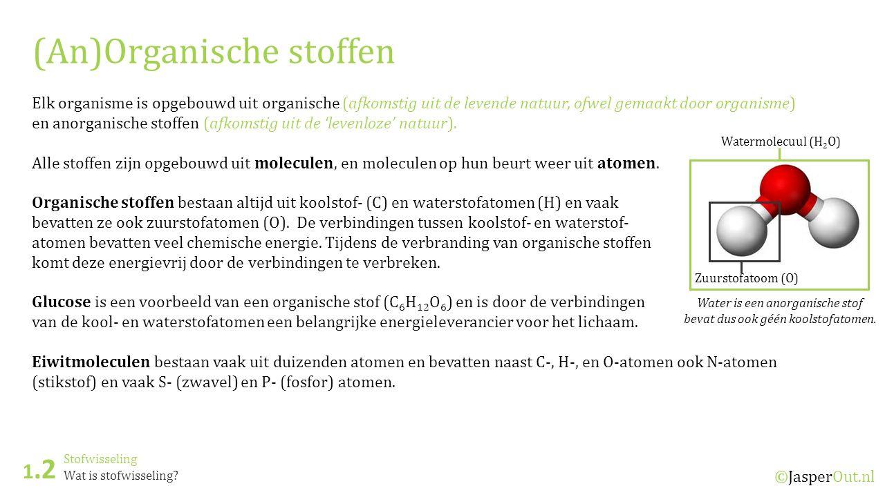 Water is een anorganische stof bevat dus ook géén koolstofatomen.