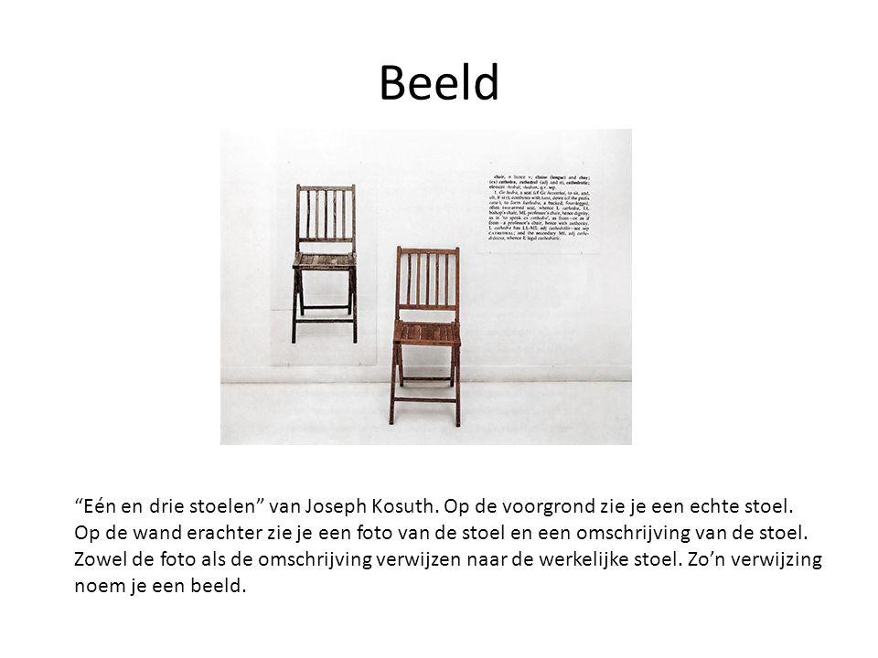 Beeld Eén en drie stoelen van Joseph Kosuth. Op de voorgrond zie je een echte stoel.
