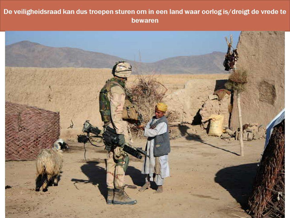 De veiligheidsraad kan dus troepen sturen om in een land waar oorlog is/dreigt de vrede te bewaren