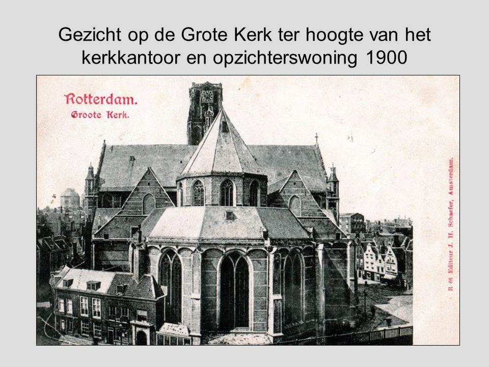 Gezicht op de Grote Kerk ter hoogte van het kerkkantoor en opzichterswoning 1900