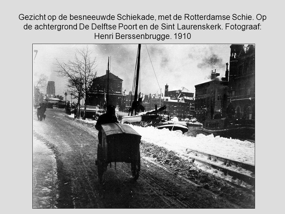 Gezicht op de besneeuwde Schiekade, met de Rotterdamse Schie