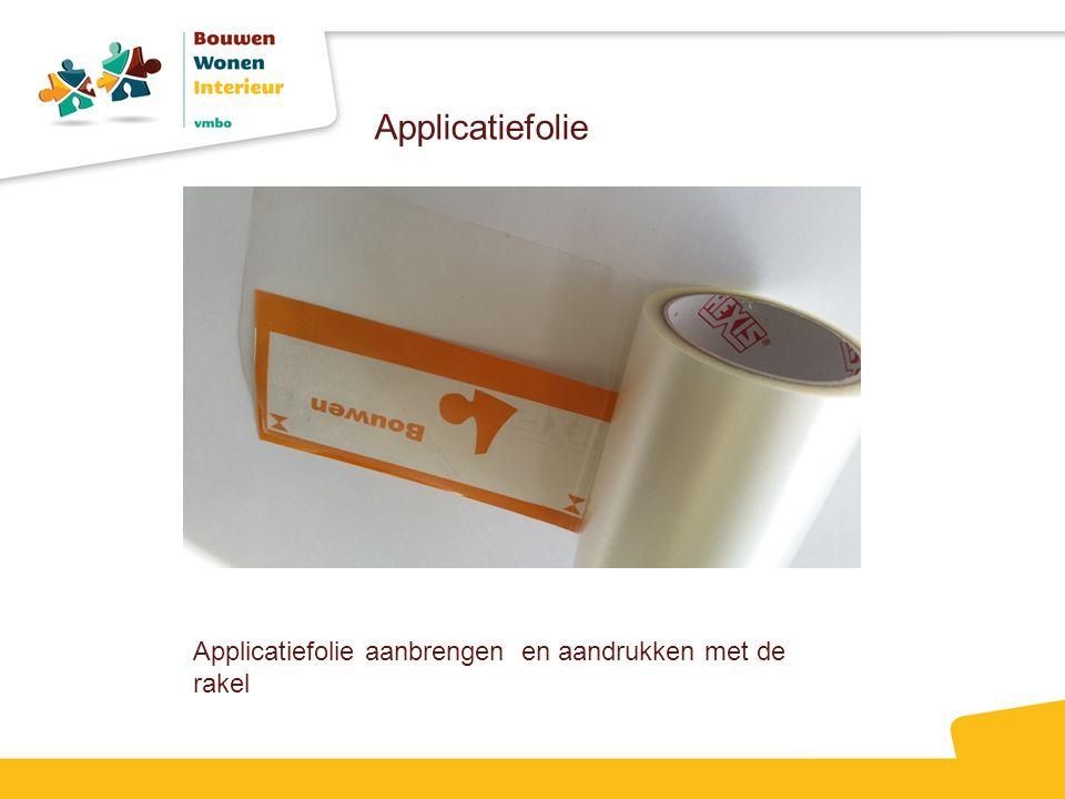 Applicatiefolie Applicatiefolie aanbrengen en aandrukken met de rakel