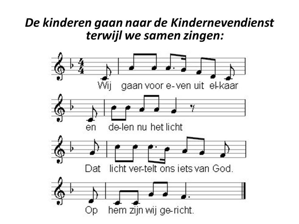 De kinderen gaan naar de Kindernevendienst terwijl we samen zingen: