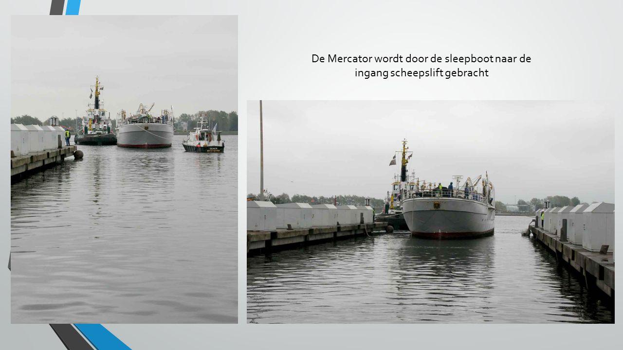 De Mercator wordt door de sleepboot naar de ingang scheepslift gebracht