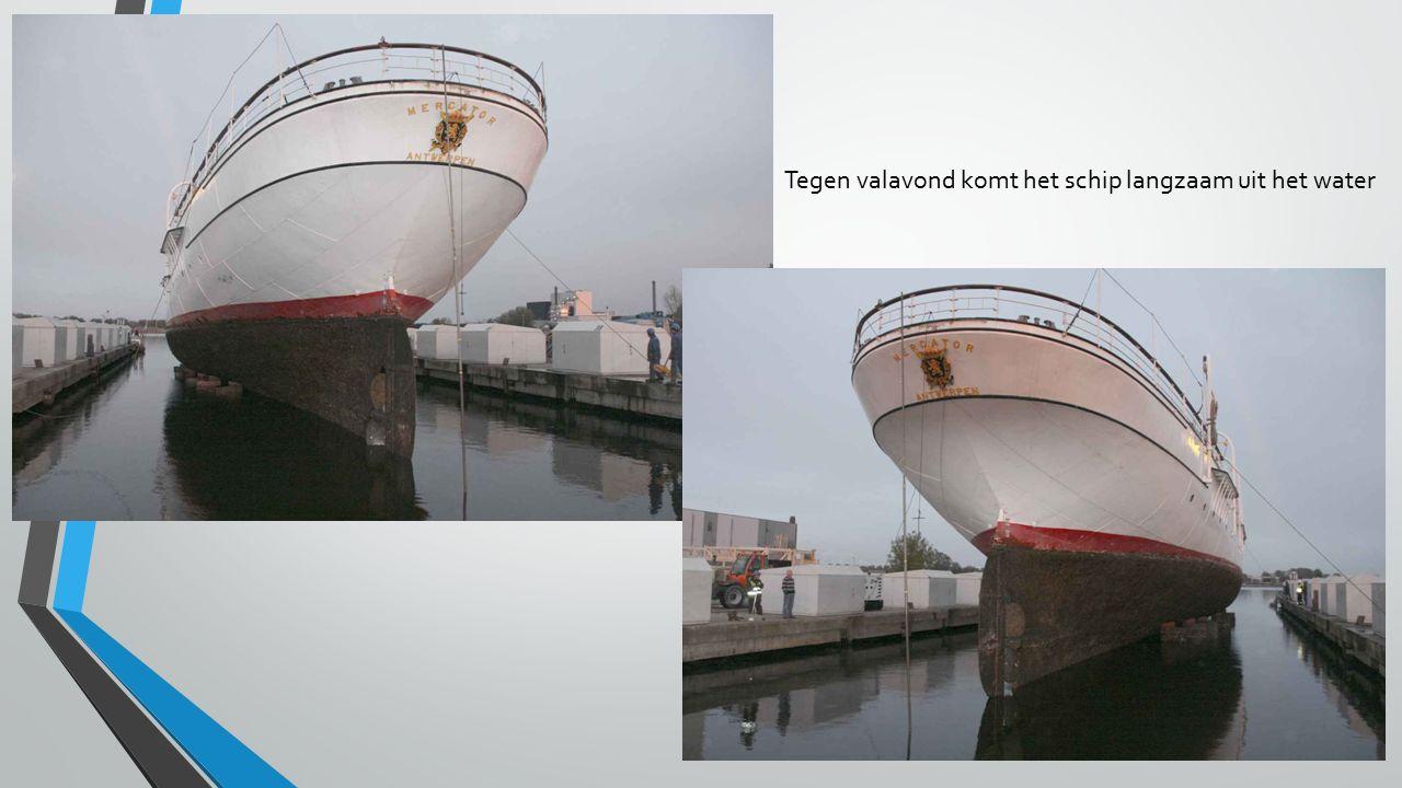 Tegen valavond komt het schip langzaam uit het water