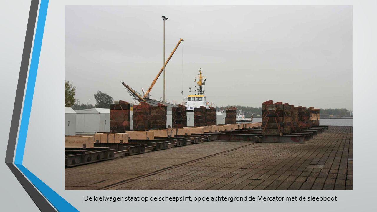 De kielwagen staat op de scheepslift, op de achtergrond de Mercator met de sleepboot