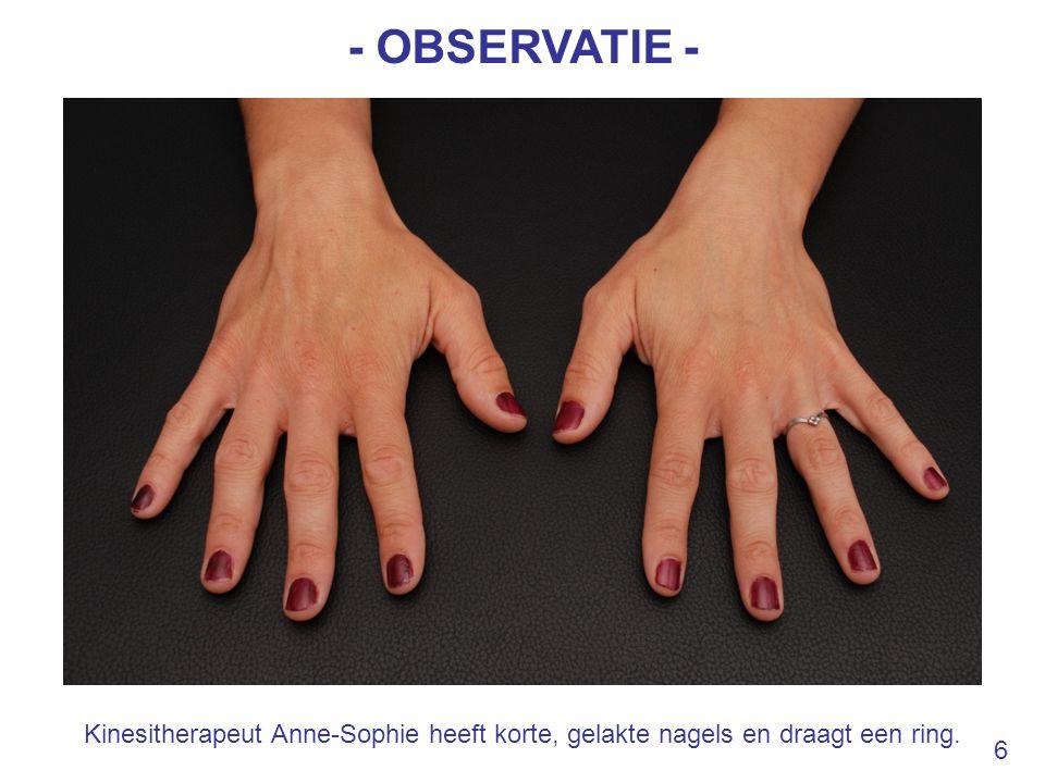 - OBSERVATIE - Kinesitherapeut Anne-Sophie heeft korte, gelakte nagels en draagt een ring. 6