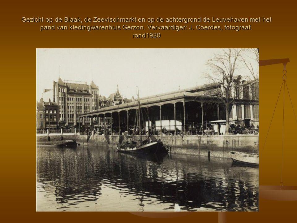 Gezicht op de Blaak, de Zeevischmarkt en op de achtergrond de Leuvehaven met het pand van kledingwarenhuis Gerzon.