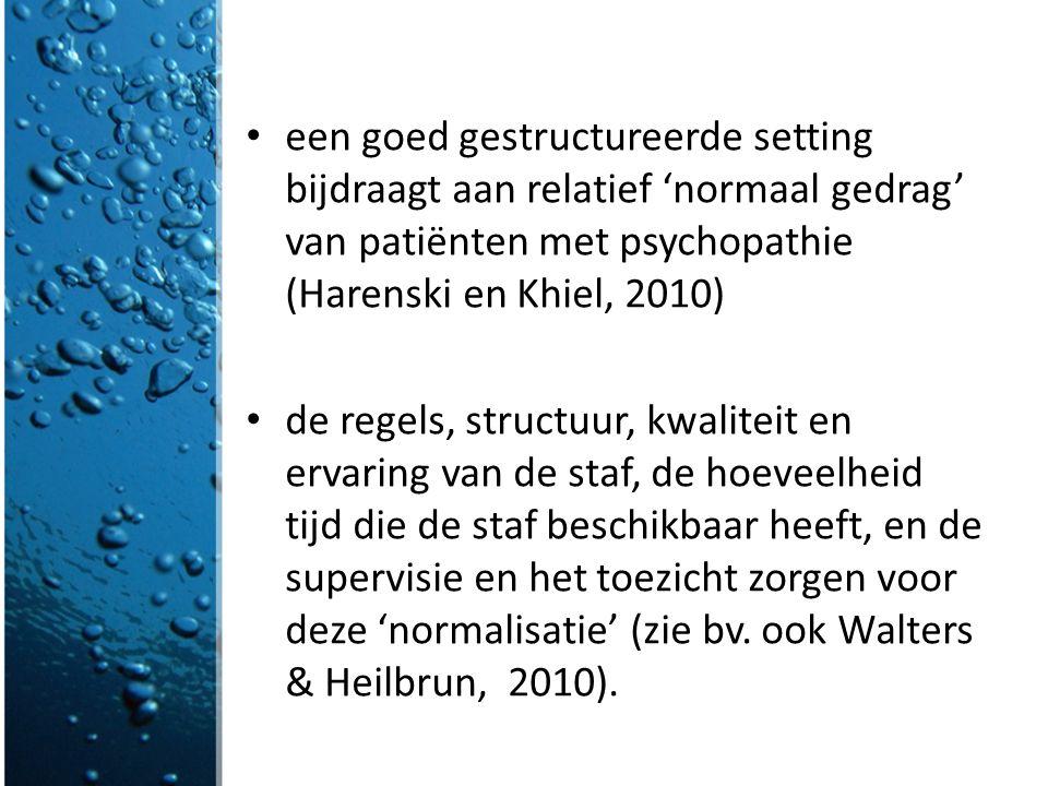 een goed gestructureerde setting bijdraagt aan relatief 'normaal gedrag' van patiënten met psychopathie (Harenski en Khiel, 2010)