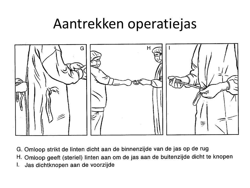 Aantrekken operatiejas