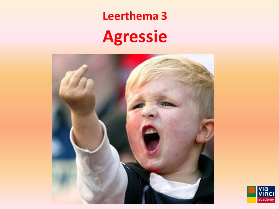 Leerthema 3 Agressie Met vloeiende bewegingen gaat 'Moelker' met zijn laserverwijderings-apparaat over het getatoeëerde...