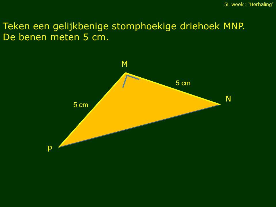 Teken een gelijkbenige stomphoekige driehoek MNP. De benen meten 5 cm.