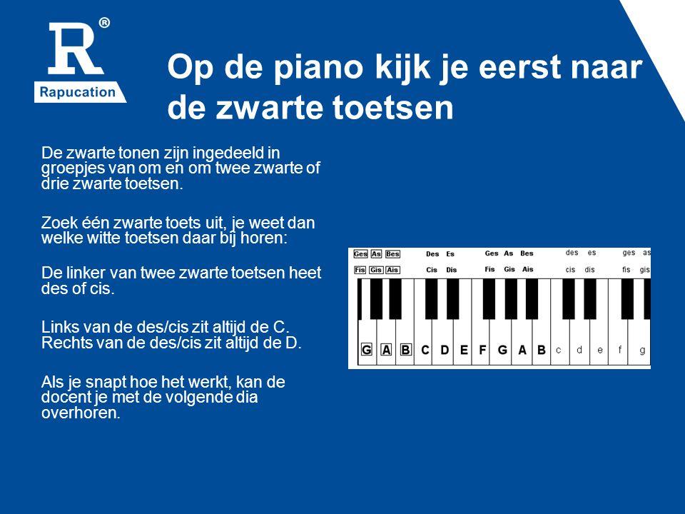 Op de piano kijk je eerst naar de zwarte toetsen