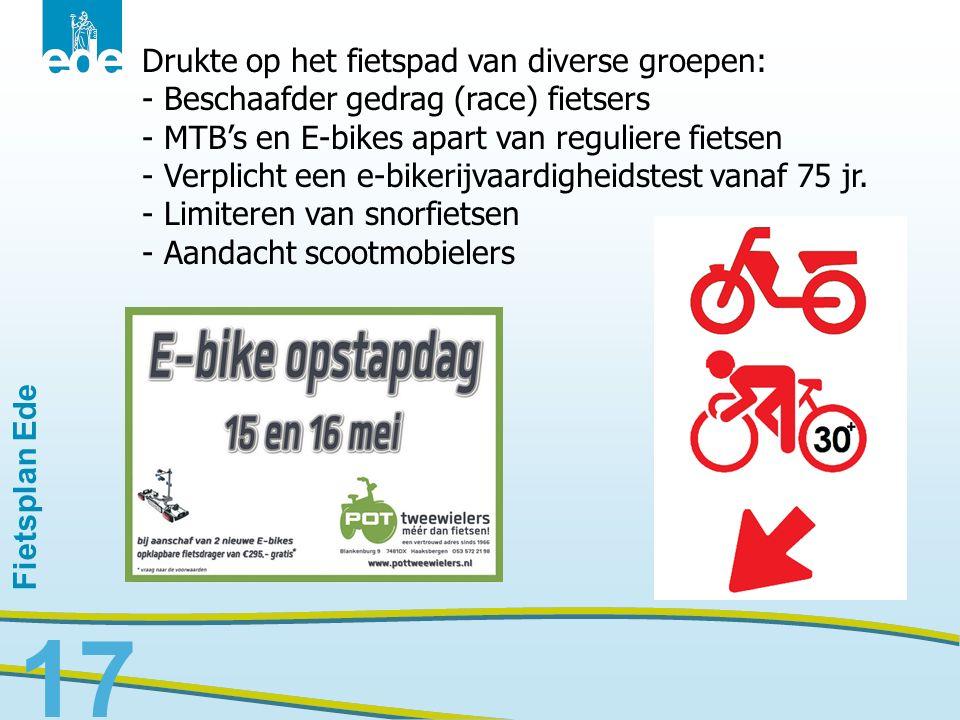 17 Drukte op het fietspad van diverse groepen: