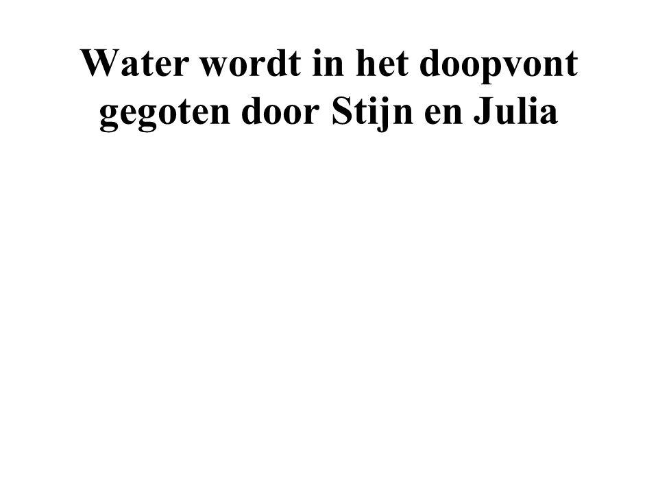 Water wordt in het doopvont gegoten door Stijn en Julia