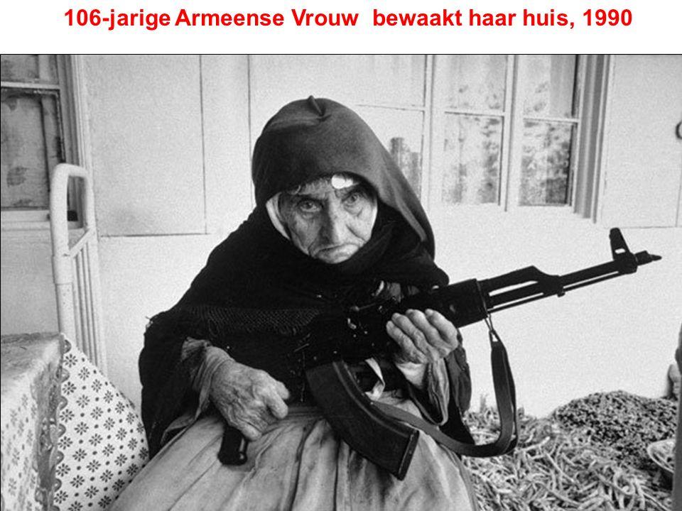 106-jarige Armeense Vrouw bewaakt haar huis, 1990