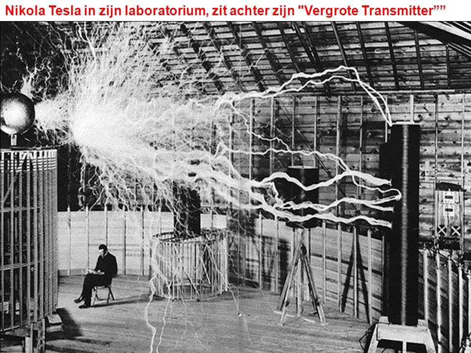 Nikola Tesla in zijn laboratorium, zit achter zijn Vergrote Transmitter
