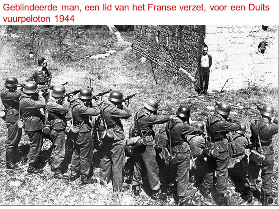 Geblindeerde man, een lid van het Franse verzet, voor een Duits vuurpeloton 1944