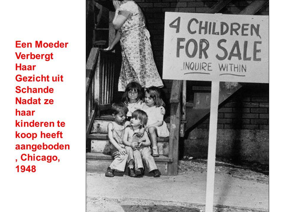 Een Moeder Verbergt Haar Gezicht uit Schande Nadat ze haar kinderen te koop heeft aangeboden, Chicago, 1948
