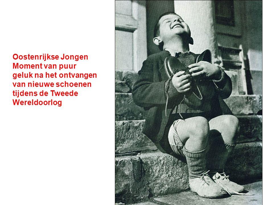 Oostenrijkse Jongen Moment van puur geluk na het ontvangen van nieuwe schoenen tijdens de Tweede Wereldoorlog