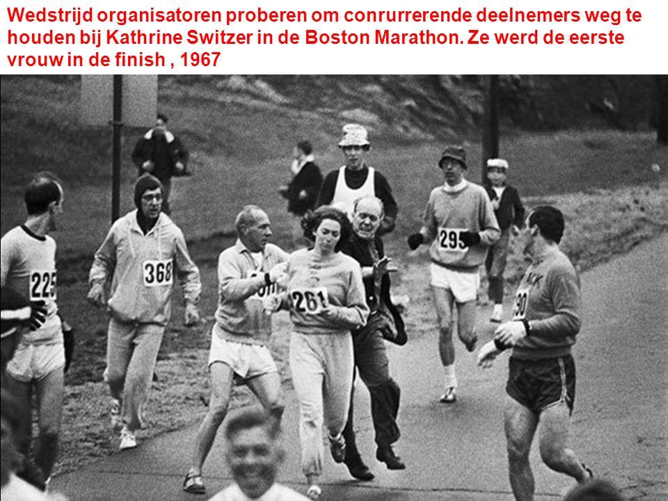 Wedstrijd organisatoren proberen om conrurrerende deelnemers weg te houden bij Kathrine Switzer in de Boston Marathon.