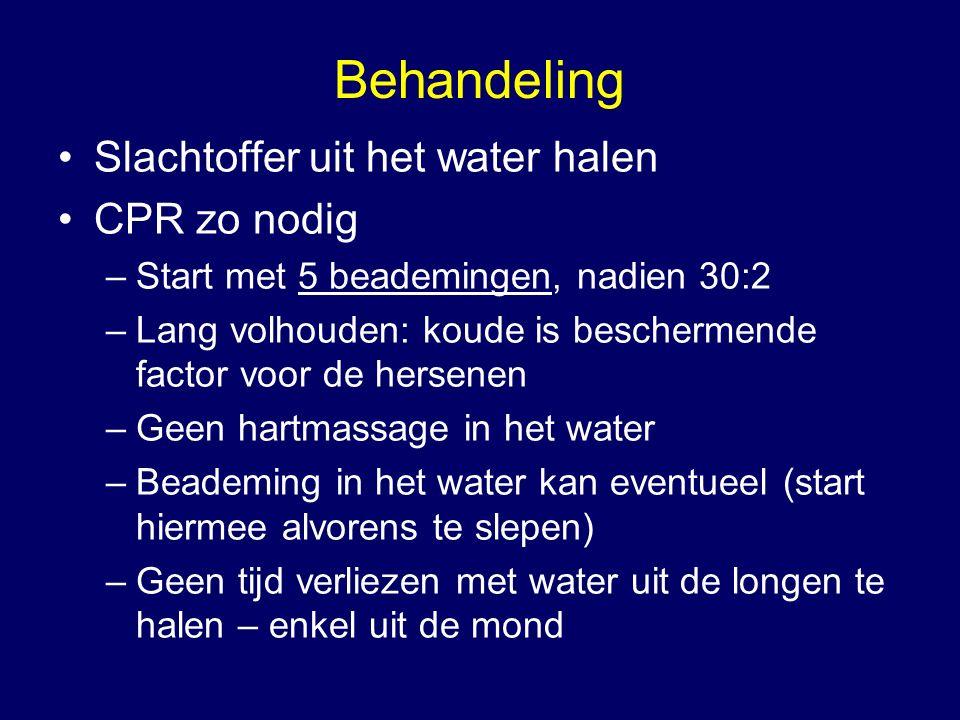 Behandeling Slachtoffer uit het water halen CPR zo nodig