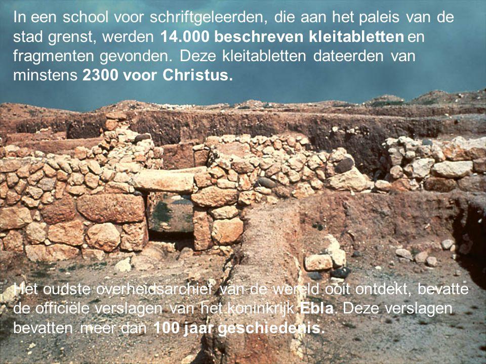 In een school voor schriftgeleerden, die aan het paleis van de stad grenst, werden 14.000 beschreven kleitabletten en fragmenten gevonden. Deze kleitabletten dateerden van minstens 2300 voor Christus.