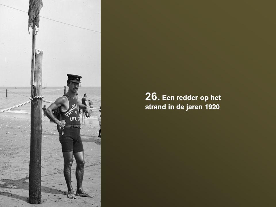 26. Een redder op het strand in de jaren 1920