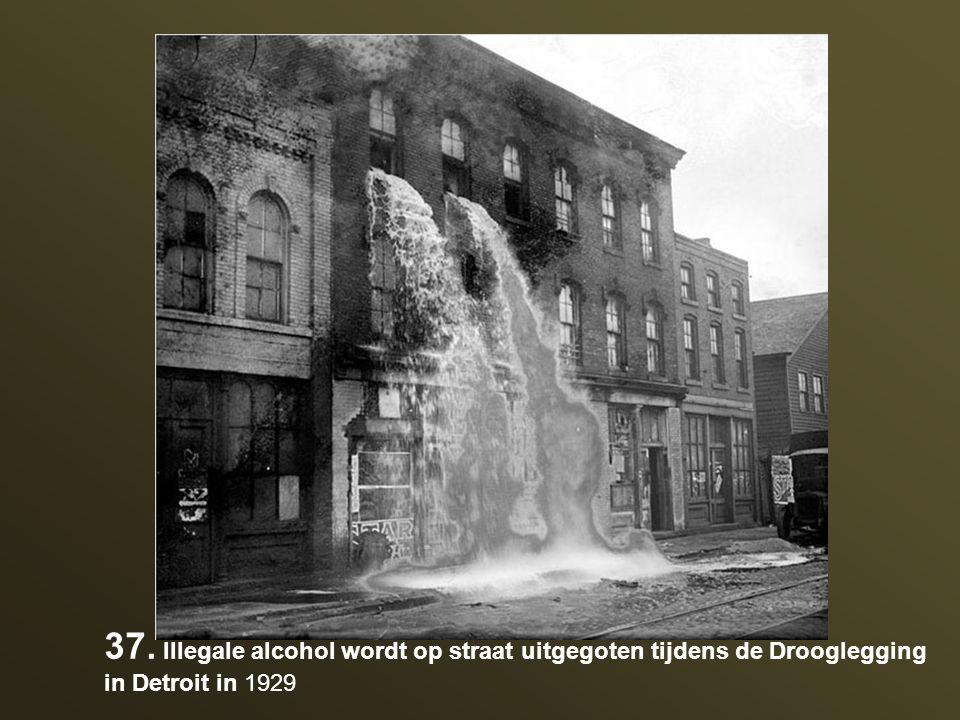 37. Illegale alcohol wordt op straat uitgegoten tijdens de Drooglegging