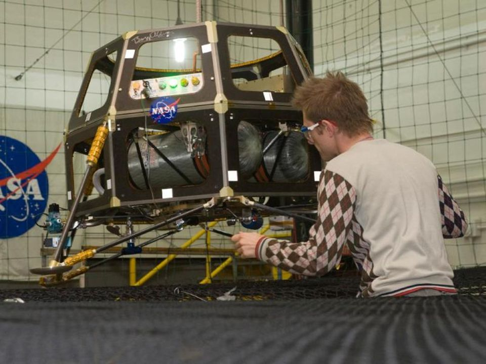 NASA Ingenieur inspecteerd de Hover Test Vehicle.