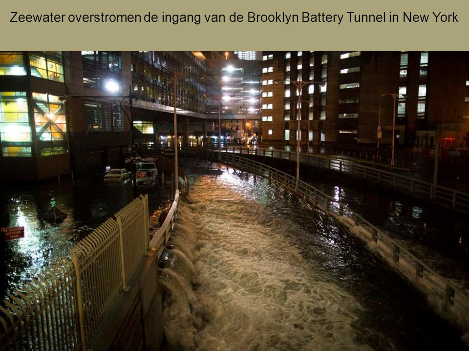 Zeewater overstromen de ingang van de Brooklyn Battery Tunnel in New York